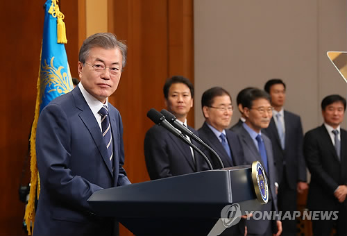 President Moon Jae-in (L) holds a press conference at his office Cheong Wa Dae on May 27, 2018, to explain the outcome of his second summit with North Korean leader Kim Jong-un held the day before. (Yonhap)