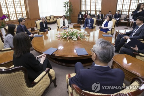 Foreign Minister Kang Kyung-wha (4th from L) speaks at a government-civilian ceremony to launch a task force on ties with Japan on May 28, 2018. (Yonhap)