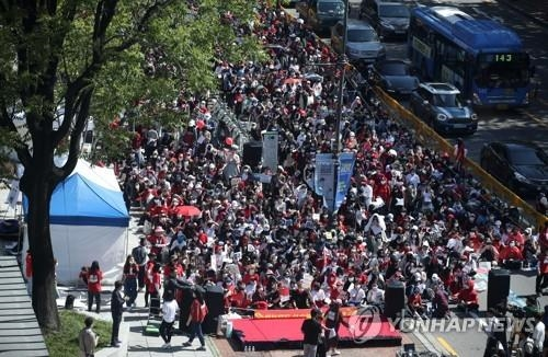 Protesters gather in central Seoul on May 19, 2018, staging a protest urging the government to come up with measures to tackle sexual abuse involving hidden cameras. (Yonhap)