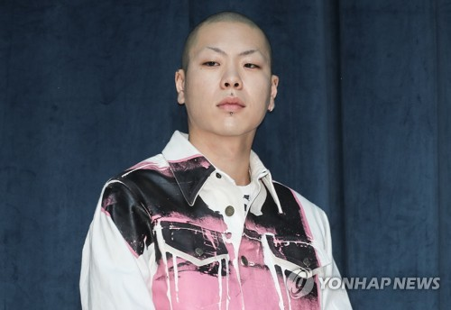 """Indie rock band HYUKOH's point man Oh Hyuk poses for photos during a press conference on May 31, 2018, for their new EP, """"24: How to find true love and happiness."""" (Yonhap)"""