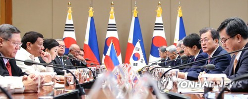 South Korean President Moon Jae-in (second from R) speaks during an expanded summit with Filipino President Rodrigo Duterte at his office Cheong Wa Dae in Seoul on June 4, 2018. (Yonhap)