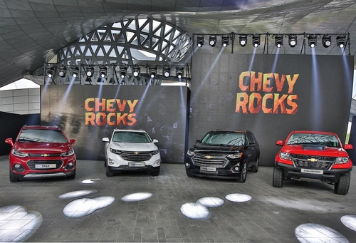 This photo taken on June 6, 2018, shows GM Korea's sport utility vehicle lineup composed of the Trax small SUV, the Equinox midsize SUV and the Traverse large-size SUV (from left). The Colorado pickup is also on display on the far right. (Yonhap)