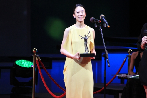South Korean ballerina Park Sae-eun poses for the camera after winning the best female dancer at the Benois de la Danse awards ceremony in Moscow on June 5, 2018 (local time). The Benois de la Danse is one of the ballet world's most prestigious awards. (Yonhap)