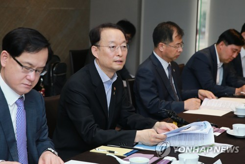 Paik Un-gyu, minister of trade, industry and energy, speaks during a meeting with representatives from South Korean memory chip and rechargeable battery makers in Seoul on June 8, 2018, in this photo provided by the ministry. (Yonhap)