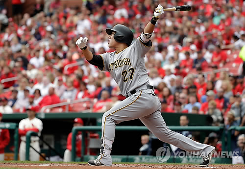 In this Associated Press file photo from Oct. 1, 2016, Kang Jung-ho of the Pittsburgh Pirates watches his three-run homer against the St. Louis Cardinals in the first inning of their major league regular season game at Busch Stadium in St. Louis. (Yonhap)