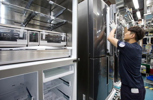 An employee inspects Samsung Electronics Co.'s premium refrigerators at the company's production line in Gwangju, 330 kilometers south of Seoul, in this photo released by Samsung on June 11, 2018. (Yonhap)