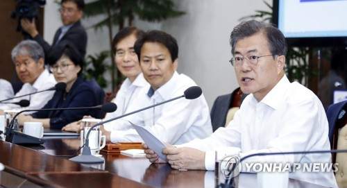 President Moon Jae-in (R) speaks in a weekly meeting with his presidential aides held at his office Cheong Wa Dae in Seoul on June 11, 2018. (Yonhap)