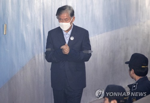 This file photo from April 16, 2018, shows former Finance Minister Choi Kyung-hwan entering the Seoul Central District Court to stand trial on charges of accepting bribes from the National Intelligence Service. (Yonhap)