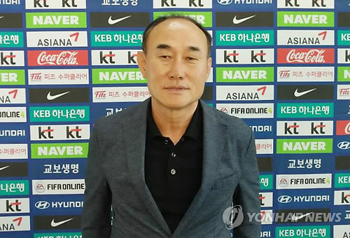 Kim Hak-beom, head coach of the South Korean men's under-23 football team, poses for pictures after speaking to reporters at Incheon International Airport on June 12, 2018, before departing for a training camp in Jakarta, Indonesia. (Yonhap)