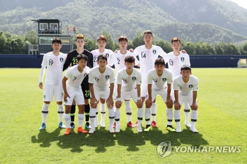 This photo provided by the Korea Football Association shows South Korea national football team players taking a group photo ahead of their friendly match against Senegal in Austria on June 11, 2018. (Yonhap)