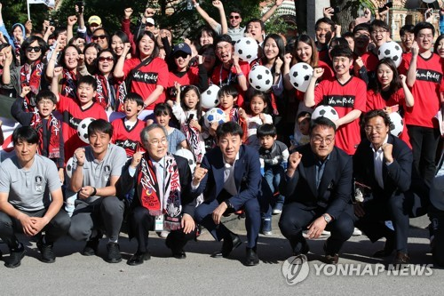 South Korea national football team head coach Shin Tae-yong (4th from L, front row) poses for a group photo with national team staff and South Korean residents after arriving at New Peterhof Hotel in Saint Petersburg, Russia, on June 12, 2018. (Yonhap)