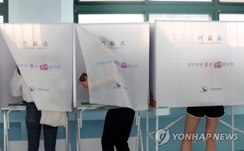 This photo taken on June 13, 2018, shows voters casting ballots for the local elections at a polling station in Jeonju, some 243 kilometers south of Seoul. (Yonhap)