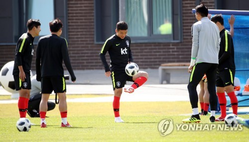South Korea national football team players practice during their training at Spartak Stadium in Lomonosov, a suburb of Saint Petersburg, on June 13, 2018. (Yonhap)