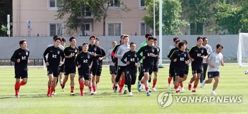 South Korea national football team players train at Spartak Stadium in Lomonosov, a suburb of Saint Petersburg, on June 13, 2018. (Yonhap)