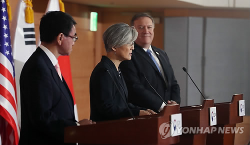 South Korean Foreign Minister Kang Kyung-wha (C) and her American and Japanese counterparts -- Mike Pompeo (R) and Taro Kono -- hold a joint press conference after their talks in Seoul on June 14, 2018. (Yonhap)