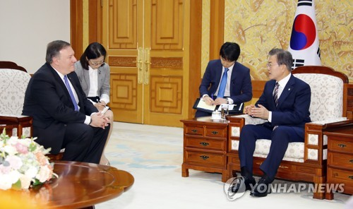 South Korean President Moon Jae-in (R) talks with U.S. Secretary of State Mike Pompeo in Seoul on June 14, 2018. (Yonhap)