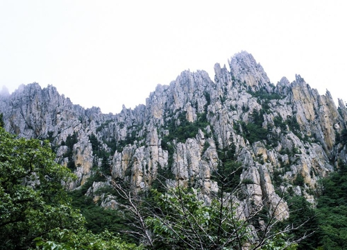 This photo provided by Hyundai Group shows the majestic peaks of Mount Kumgang, a scenic mountain resort area on the North's east coast. (Yonhap)