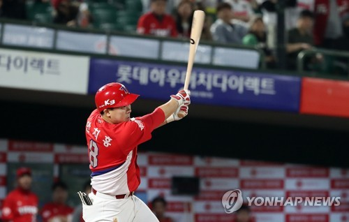 In this file photo from May 2, 2018, An Chi-hong of the Kia Tigers hits a two-run single against the Lotte Giants in the top of the sixth inning of a Korea Baseball Organization regular season game at Sajik Stadium in Busan, 450 kilometers southeast of Seoul. (Yonhap)