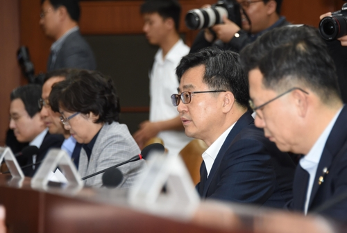 Finance Minister Kim Dong-yeon speaks during an economy-related ministers meeting in Seoul, on June 15, 2018. (Yonhap)