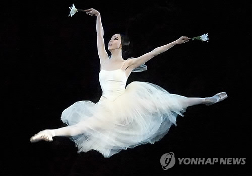 "Ballerina Seo Hee, a principal dancer with American Ballet Theater dances in ""Giselle"" in this photo provided courtesy of the company. (Yonhap)"