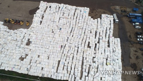 An open-air yard in Dangjin, 120 kilometers south of Seoul, is full of collected mattresses on June 17, 2018. The products sold by Daijin Bed Co. were recently found to release radon, a radioactive gas that can cause lung cancer. (Yonhap)