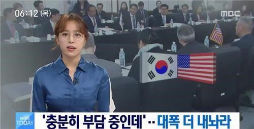 In this photo captured from a footage of MBC's morning news program, Im Hyun-joo delivers the news with her glasses on. (Yonhap)