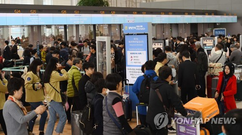 This undated file photo shows a packed departure lounge at Incheon International Airport, west of Seoul. (Yonhap)