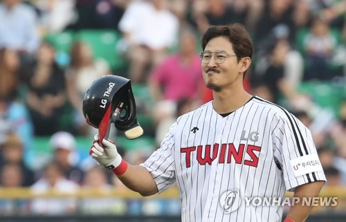 Park Yong-taik of the LG Twins acknowledges the crowd after setting a Korea Baseball Organization record with his 2,319th career hit against the Lotte Giants in the bottom of the fourth inning of their regular season game at Jamsil Stadium in Seoul on June 23, 2018. (Yonhap)