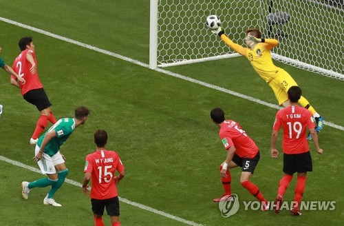 South Korean goalkeeper Jo Hyeon-woo (R) makes a stop on Timo Werner of Germany (second from L in green) during their teams' Group F match at the 2018 FIFA World Cup at Kazan Arena in Kazan, Russia, on June 27, 2018. (Yonhap)