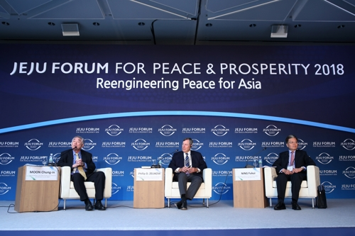 Ning Fukui (R), China's point man on Korea, discusses a Korea peace process during a Jeju Forum session joined by Moon Chung-in (R), South Korea's special presidential adviser, and Philip D. Zelikow, a former U.S. State Department official, on June 27, 2018, in this photo provided by the organizing committee of the conference. (Yonhap)