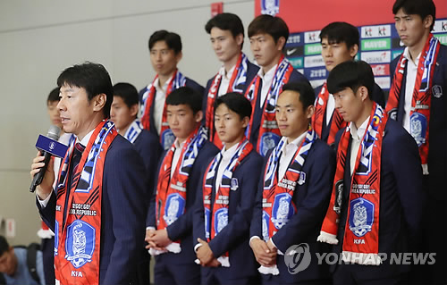 South Korean men's football head coach Shin Tae-yong addresses fans gathered at Incheon International Airport after returning from the FIFA World Cup in Russia on June 29, 2018. (Yonhap)