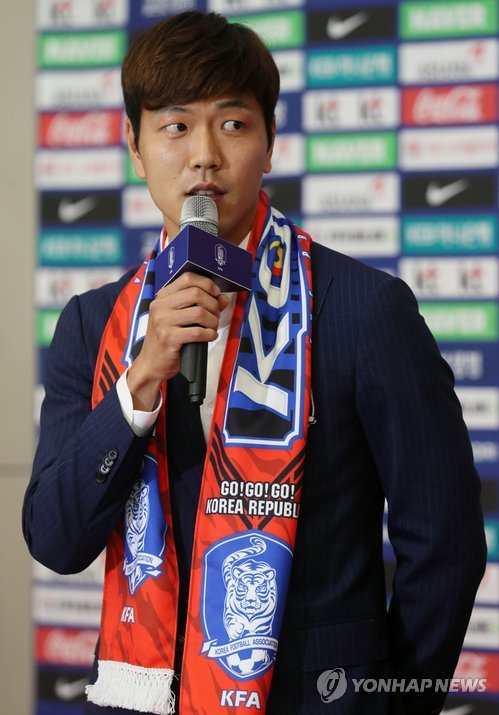 South Korean football defender Kim Young-gwon speaks in an interview at Incheon International Airport after arriving back from the FIFA World Cup in Russia on June 29, 2018. (Yonhap)