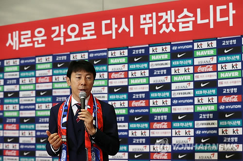 South Korean men's national football head coach Shin Tae-yong speaks to reporters at Incheon International Airport after returning from the FIFA World Cup in Russia on June 29, 2018. (Yonhap)