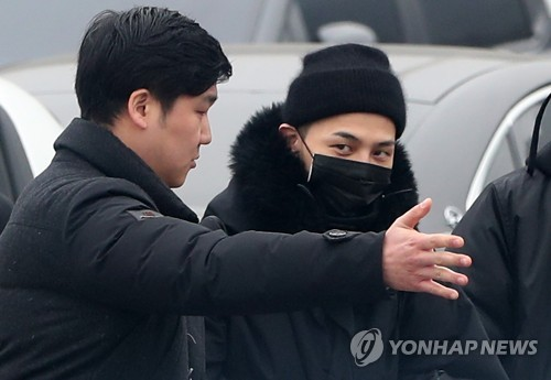 G-Dragon, a member of South Korean boy band BIGBANG, enters boot camp in Cheorwon, 90km northeast of Seoul, on Feb. 27, 2018, to fulfill his obligatory military service. (Yonhap)