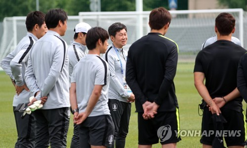 This file photo taken June 15, 2018, shows Korea Football Association President Chung Mong-gyu (C) talking to the national football team players and coaching staff ahead of training at Spartak Stadium in Lomonosov, a suburb of Saint Petersburg, Russia. (Yonhap)