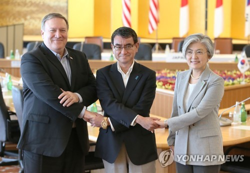 South Korean Foreign Minister Kang Kyung-wha (R), U.S. Secretary of State Mike Pompeo (L) and Japanese Foreign Minister Taro Kono pose for a photo during their talks in Tokyo on July 8, 2018. (Yonhap)