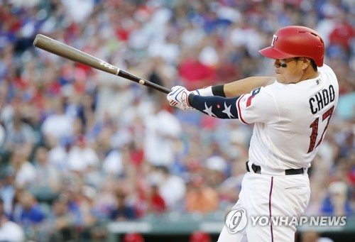 This photo taken by the Associated Press shows Texas Rangers' Cho Shin-soo hitting a single during the fourth inning of the team's baseball game against the Houston Astros on July 4, 2018. (Yonhap)