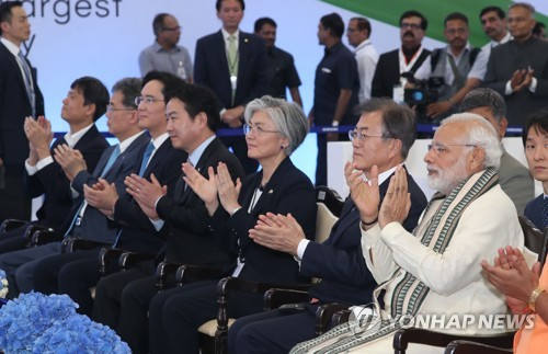South Korean President Moon Jae-in (front row, 2nd from R) and Indian Prime Minister Narendra Modi (R) attend a ceremony marking the construction of a production facility of Samsung Electronics Co. in Noida, India on July 9, 2018. (Yonhap)