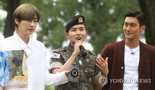 Super Junior members Eunhyuk (from L), Ryeowook and Siwon address fans and journalists after Ryeowook was discharged from the military on July 10, 2018. (Yonhap)