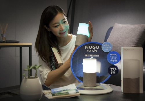 A model poses with SK Telecom Co.'s NUGU Candle in this photo released by the mobile carrier on July 11, 2018. (Yonhap)