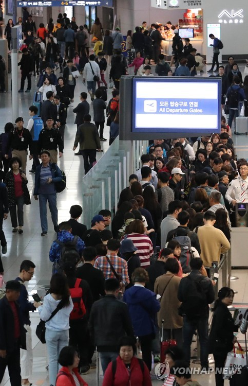 The terminal of Incheon International Airport, west of Seoul, is crowded with outbound travelers on April 27, 2017, in this file photo. (Yonhap)
