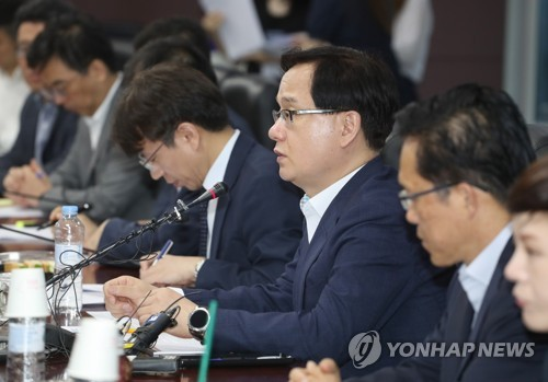 Kang Sung-cheon (3rd from R), the deputy minister for trade, announces support measures for local exporters amid the escalating trade tension between the United States and China during a meeting with senior officials of the trade promotion agencies and industry associations in Seoul on July 12, 2018. (Yonhap)