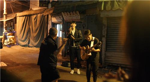 In this file photo, taken on Oct. 28, 2016, and provided by artists group R3028, musicians busk in an alley in Euljiro, Seoul. (Yonhap)