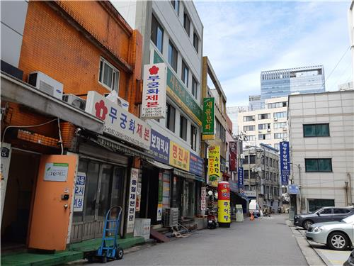 This photo, taken July 3, 2018, shows the alley in Euljiro where the cafe Hotel Soosunhwa is located. It is on the fourth floor of the white building on the left. (Yonhap)