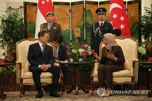 South Korean President Moon Jae-in (L) and Singaporean President Halimah Yacob (R) hold a meeting at Singapore's presidential palace Istana on July 12, 2018. (Yonhap)