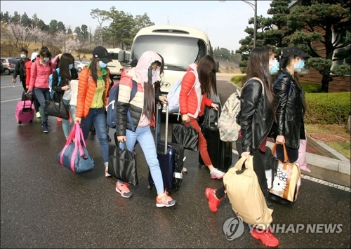 North Korean restaurant workers arrive in South Korea in this file photo. (Yonhap)