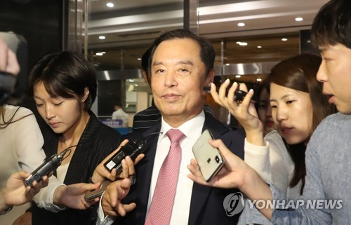 Kim Byong-joon (C), new interim chief of the main opposition Liberty Korea Party (LKP), is surrounded by reporters on July 17, 2018, after being approved to lead internal reforms in the beleaguered party. (Yonhap)