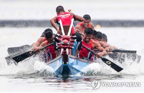 This undated file photo provided by the Korea Canoe Federation on April 30, 2018, shows paddlers in action in a dragon boat race. (Yonhap)