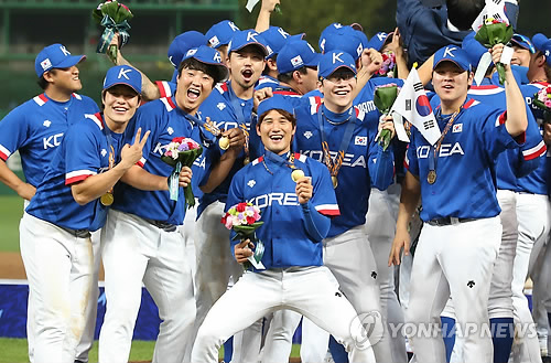 In this file photo from Sept. 28, 2014, South Korean national baseball players celebrate their 6-3 victory over Taiwan in the gold medal game at the 2014 Asian Games in Incheon, 40 kilometers west of Seoul. (Yonhap)