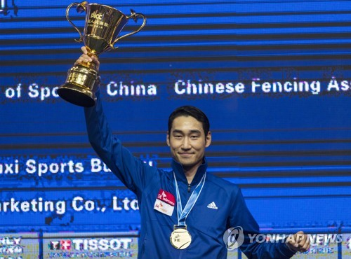 In this EPA photo, Kim Jung-hwan of South Korea hoists the winner's trophy after capturing the men's individual sabre title at the 2018 World Fencing Championships in Wuxi, China, on July 22, 2018. (Yonhap)
